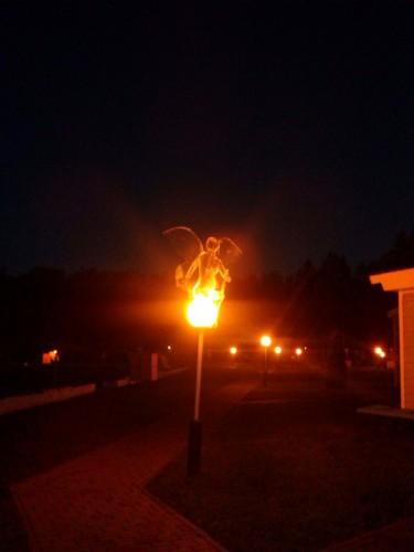"""Садовая скульптура """"Муза"""" на фонаре светится ночью"""